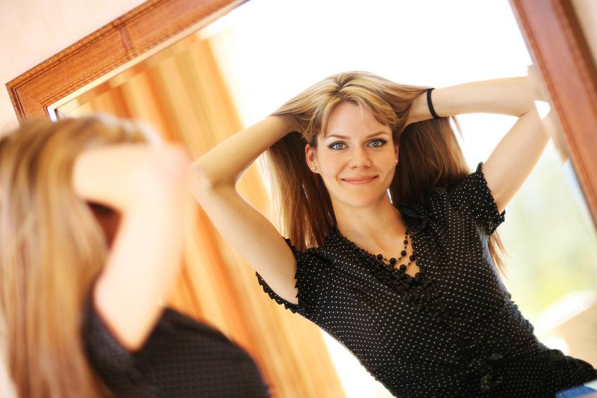 Фото женщины перед зеркалом — 13